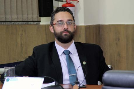 #PraCegoVer: Foto mostra o vereador Alécio Cau sentado em seu lugar, acompanhando a sessão.