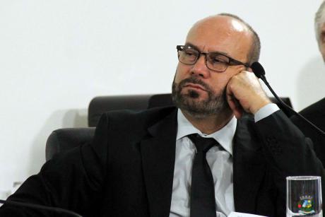 #PraCegoVer: Foto do vereador César Rocha prestando atenção na sessão