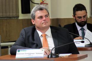 #PraCegoVer: Foto mostra o vereador Roberson Costalonga Salame sentado em seu lugar, acompanhando a sessão.