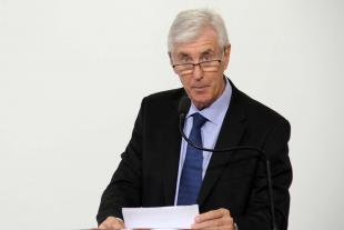 #PraCegoVer: Foto do vereador Mayr segurando um documento e discursando na tribuna para os demais vereadores e para o público.