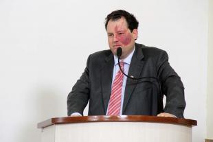 #PraCegoVer: Foto do vereador Veiga discursando na tribuna para os demais vereadores e para o público.