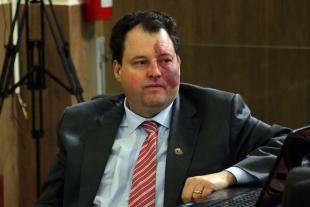 #PraCegoVer: Foto do vereador Veiga sentado em seu lugar, acompanhando a sessão ordinária.