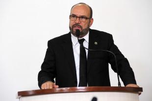 #PraCegoVer: Foto do vereador César Rocha na tribuna da Câmara, discursando para os demais vereadores e para o público.