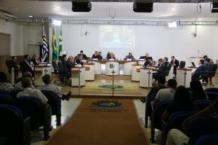 #PraCegoVer: Foto mostra o plenário da Câmara com os vereadores ao centro e parte do público presente.