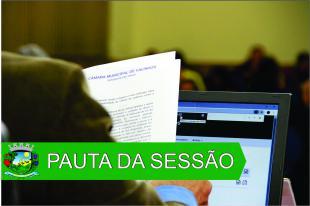 """#PraCegoVer: Arte mostra vereador de costas, lendo documento durante a sessão ordinária. Um notebook também está sobre a mesa. Texto em fundo verde diz """"Pauta da Sessão""""."""