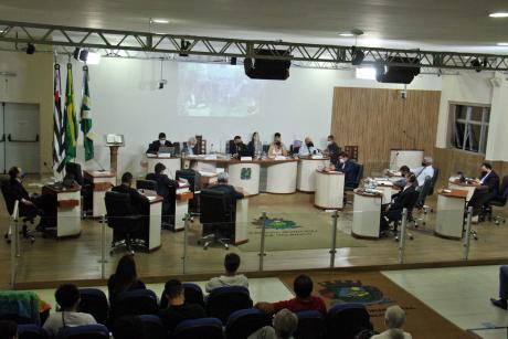 #PraCegoVer: Foto mostra o plenário da Câmara visto de cima, com os vereadores sentados em seus lugares