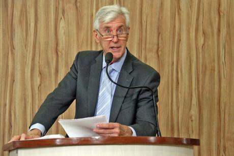 #PraCegoVer: Foto mostra o vereador Mayr discursando na tribuna da Câmara. Ele segura um documento nas mãos, que o auxilia no discurso.