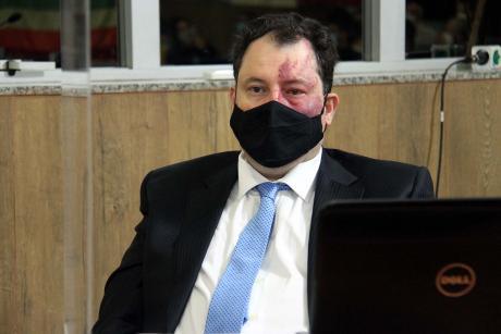 #PraCegoVer: Foto mostra o vereador Veiga acompanhando a sessão ordinária.